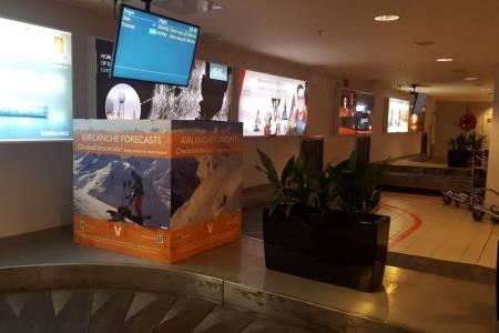 Med infokuber på flyplassene håper NVE å nå ut med informasjon om varsom.no til utenlandske skikjørere, og på den måten forebygge skredulykker. Foto: Svein Mortensen