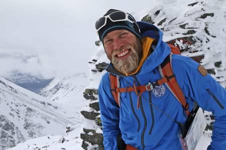 TINDEVEGLEDEREN: Mikal Nerberg på underveis på turen han har guidet flere ganger – Lyngen på langs. Han stiller til valg for MDG i Tromsø kommune. Foto: Nils Erik Bjørholt