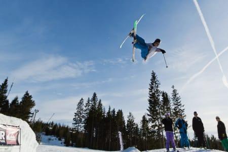 WILLI NIKKERSEN: Michael Williksen har tatt pause fra shapingen og peker på den myke snøen så publikum skal få vite hvor han vil lande. Bilde: Stian Raa