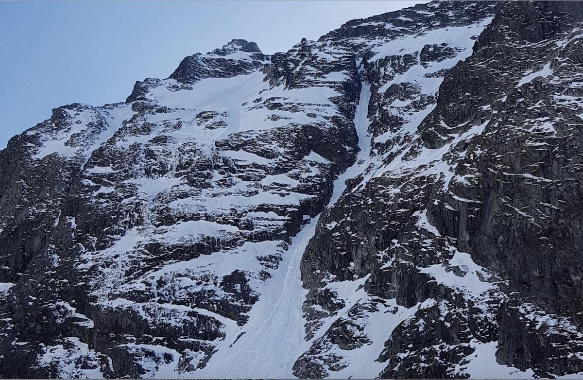 ULYKKESSTEDET: Nordøstrenna fra Lauvnostinden er en bratt snørenne som fra tid til annen blir kjørt av brattkjøringsentusiaster. Forholdene var isete da en mann falt i toppen av renna og fikk dødelige skader.