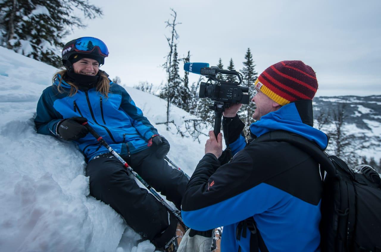 Ål-KJENDIS: Etter å ha ringt alle vennene sine fikk Robert endelig tak i noen som kunne filme han. Foto: Privat