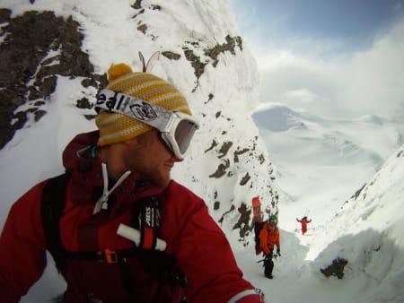 RENNE: Sigurd Løvfall var så fornøyd med denne dagen også at han like gjerne tok et bilde av seg selv, Erling Magnus Solheim og Fabian Lentsch på vei opp renna til midtre Høgvagltindane. Foto: Sigurd Løvfall