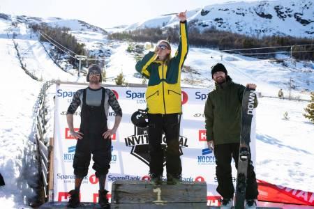 IKKE SÅ LOKALT: Robert Ruud fra Ål øverst på pallen sammen med Klaus Finne fra Voss (nr 2, til venstre) og Gaute Foss Morken fra Gol. Foto: Gard Nordseth