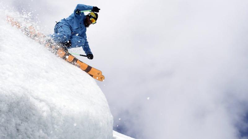BRUNOBRE: Bruno Compagnet koser seg på en nordnorsk isbre. Eller, humøret er nok ikke helt på topp. Foto: Nikolai Schirmer