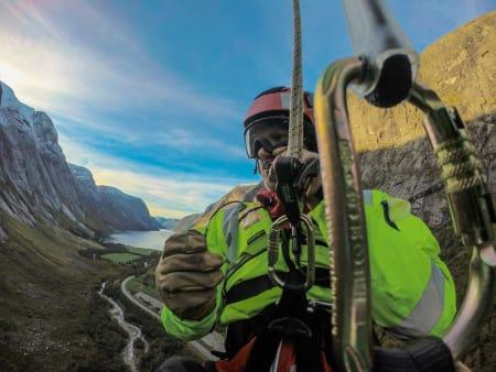 LUFTIG JOBB: Redningsmann Kjetil Leknes snakker på radioen med helikopteret, som er tredve meter over oss. Foto: Henning Reinton