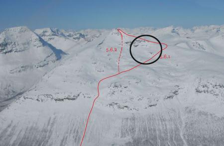 ULYKKESSTEDET: Bildet viser hvor fire skiturister har ligget under snøen siden 2. januar. Bildet er hentet fra boka Toppturer i Troms. Foto: Espen Noerdahl