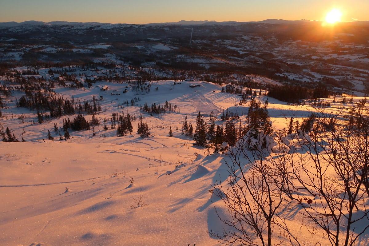 DESEMBERLYS: …og akkurat passe med pudder. Fra åpningsdagen i Meråker skisenter. Foto: Bård Smestad