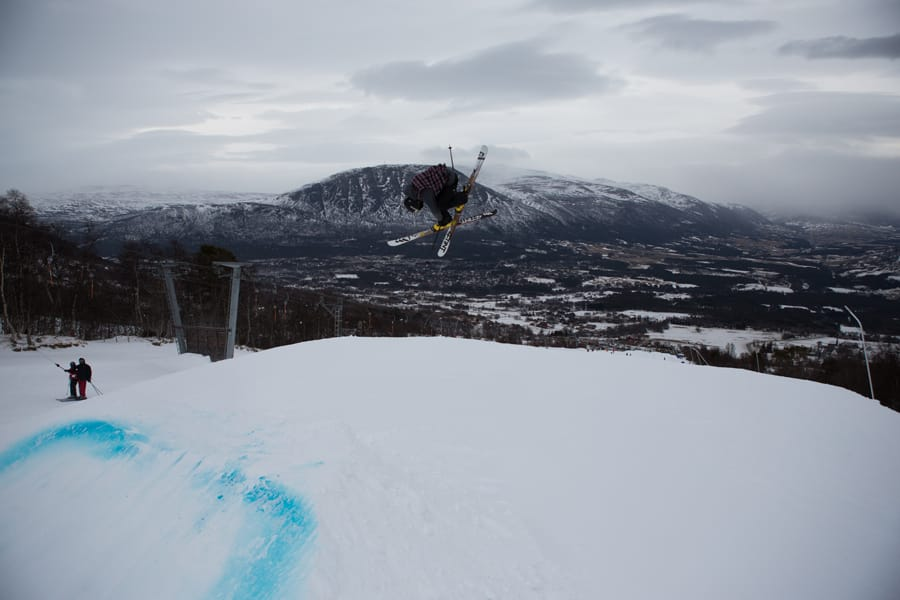 VELBYGD: Til tross for sterk vind setter Martin Bøe en lang 360 japan på hopp nummer to. Foto: Tore Meirik
