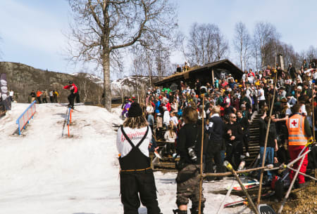 FOLKSOMT: Det var god trøkk og bra oppmøte når 50 av Norges beste ski og brettutøvere stilte til start, Gaute Foss Morken på ski.