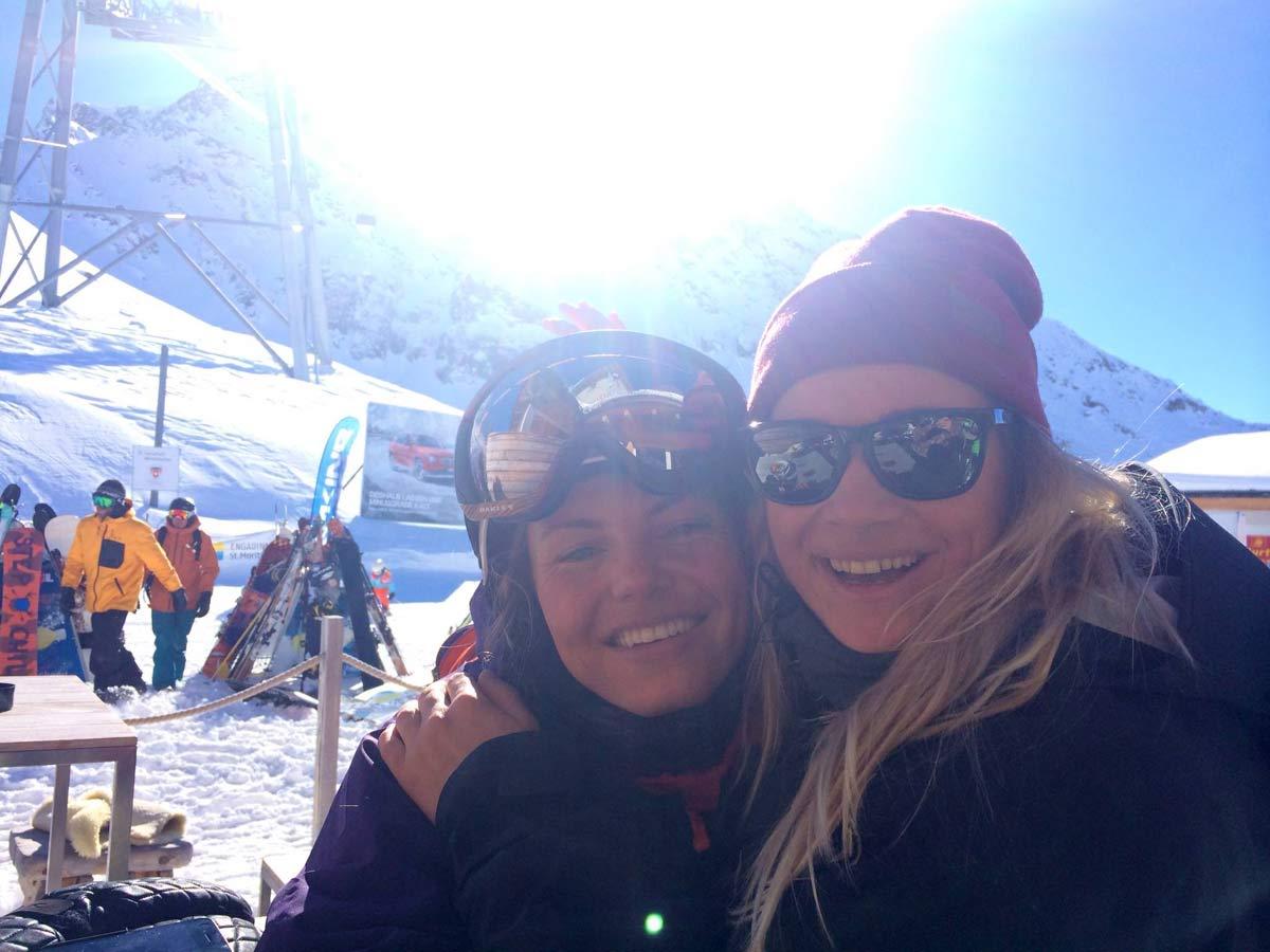 TRØST: Anja Alme Gardli (til venstre) fikk trøst av venninne og konkurrent Linn Cecilie Mæhlum etter kræsjen i dagens finale.