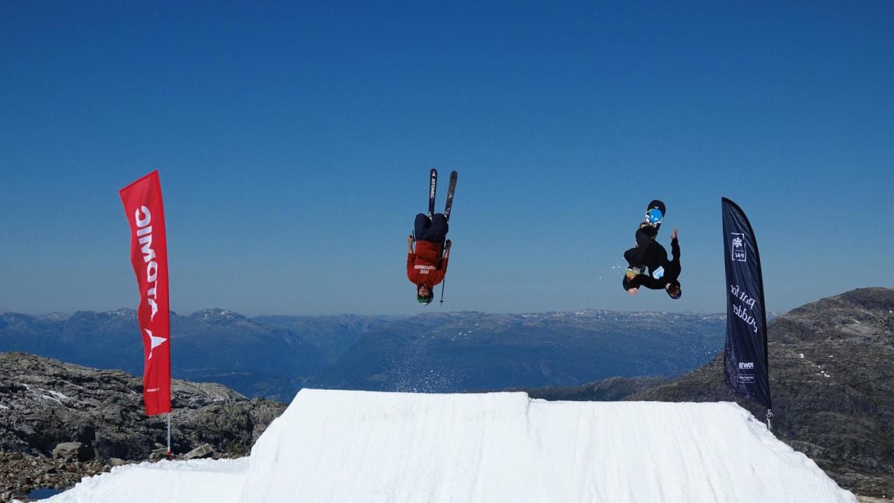 Henrik Windstedt og Christer Norlen shredder det spesialbygde hoppet de har laget for at deltagerne skal lære nye triks. Foto: David Kantermo