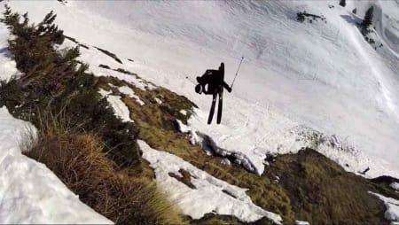 IKKE PERFEKT: …men kanskje enda mer severdig enn perfekte puddershots fra fjerne Alaska. Jacob Wester slår et slag for skifilmer man kan relatere seg til, og da er vel ingen ting så godt egna som sløsj-shred like ved løypa? Foto: Privat