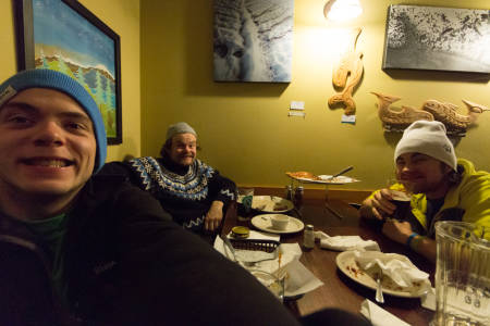 Mat betyr god stemning! Magnus (fra venstre), HP og Dennis eter på Chair 9