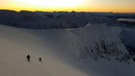 FIN FØRJULSTUR: Se den flotte filmen fra fargerik mørketid på toppturfavoritten Guhkkesgaisi i Troms. Foto: Andreas Persson