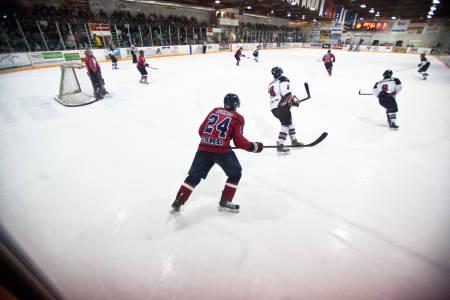 FOLKESPORT: Ishockey ligger kanadernes hjerte nært, og innbyggerne i Fernie stiller mannsterke opp når juniorlaget går i kamp mot nabobyen. Bilde: Christian Nerdrum