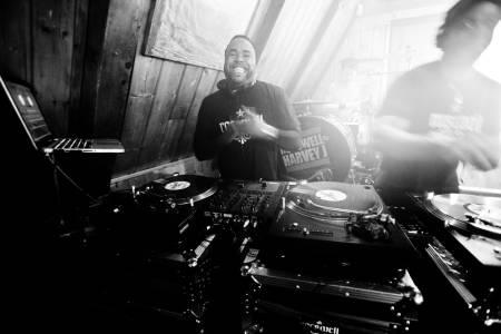 TRØKK: Afterskibandet i Fernie hadde med seg verdens blideste DJ og en trommis som sjonglerte med trommestikkene samtidig som han holdt takten. Bilde: Christian Nerdrum