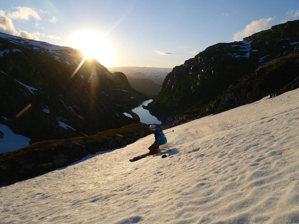 FORTSATT VINTER: I Røldal er det ingen grunn til å legge vekk skiene selv om det er august måned, det syns i hvert fall ikke Vetle Gangeskar. Men hvilken sesong er det når man kjører ski den første uka i august? Forrige eller neste sesong? Foto: Pelle Gangeskar