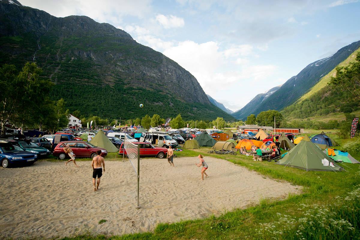 SOL, SOMMER OG STRYNEFESTIVAL: Tidenes første Strynefestival i fjor ble en braksuksess, og i juni er tiden inne for ny runde med moro på Stryn og Folven camping. Foto: Vegard Breie
