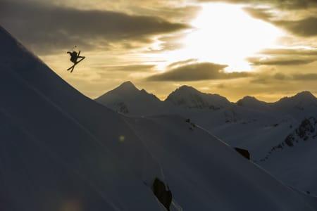 PÅ TOPPTUR: Når amerikanere stikker til Alaska for å gå topptur med breie ski blir det selvsagt plass til minst en 360 med tailgrab.