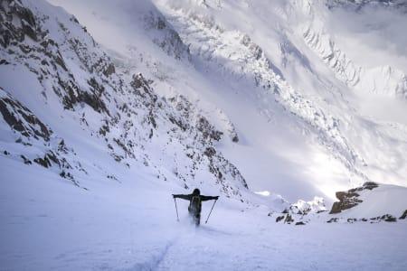 FULL FART: Tof Henry peker skiene inn i en fransk nedoverbakke de aller fleste ville håndtert med både tverrstilte ski og dobbelt stavisett. Foto: Daniel Rönnbäck