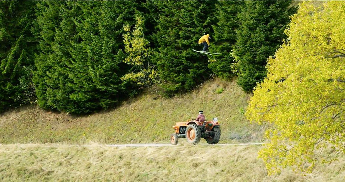 TRIKS? Candide Thovex lander på gress i den nye Audi-reklamen. Men er det ekte? Bilde: Skjermdump