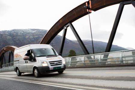 HVEM ER DETTE?: Fri Flyt-bilen kjører Sør-Norge rundt og viser skifilm, men nå når turneen skal nordover er det fly som gjelder. Men hvem er det som viser seg fram på dette bildet? Foto: Tore Meirik