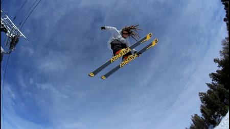 SLIK SKAL DET VÆRE: Kjøring uten staver, slik svenske Henrik Harlaut er ekspert på, blir framtida, også i konkurranser arrangert av Det Internasjonale Skiforbundet (FIS).  Foto fra hharlaut.com.