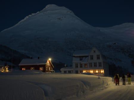 En tur til Blæja begynner ved det idylliske hotellet Villa Norangdal, midt mellom Sunnmøres høye tinder.