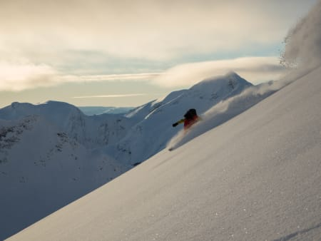 Det er ikke kraftige svinger Dagfinn Engemoen tar, men snøen flakser likevel lett tilbake mot himmelen.