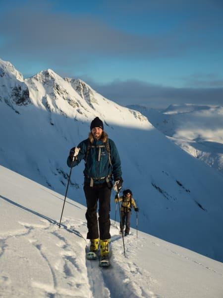 Anders Møller Vestergård og Guro Asdøl Midtmageli får hjelp av solen til det siste toppstøtet.