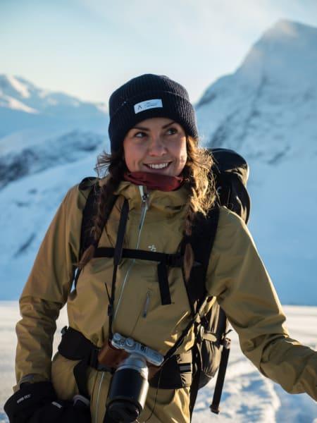 Guro Asdøl Midtmageli smiler om kapp med solens duse stråler.