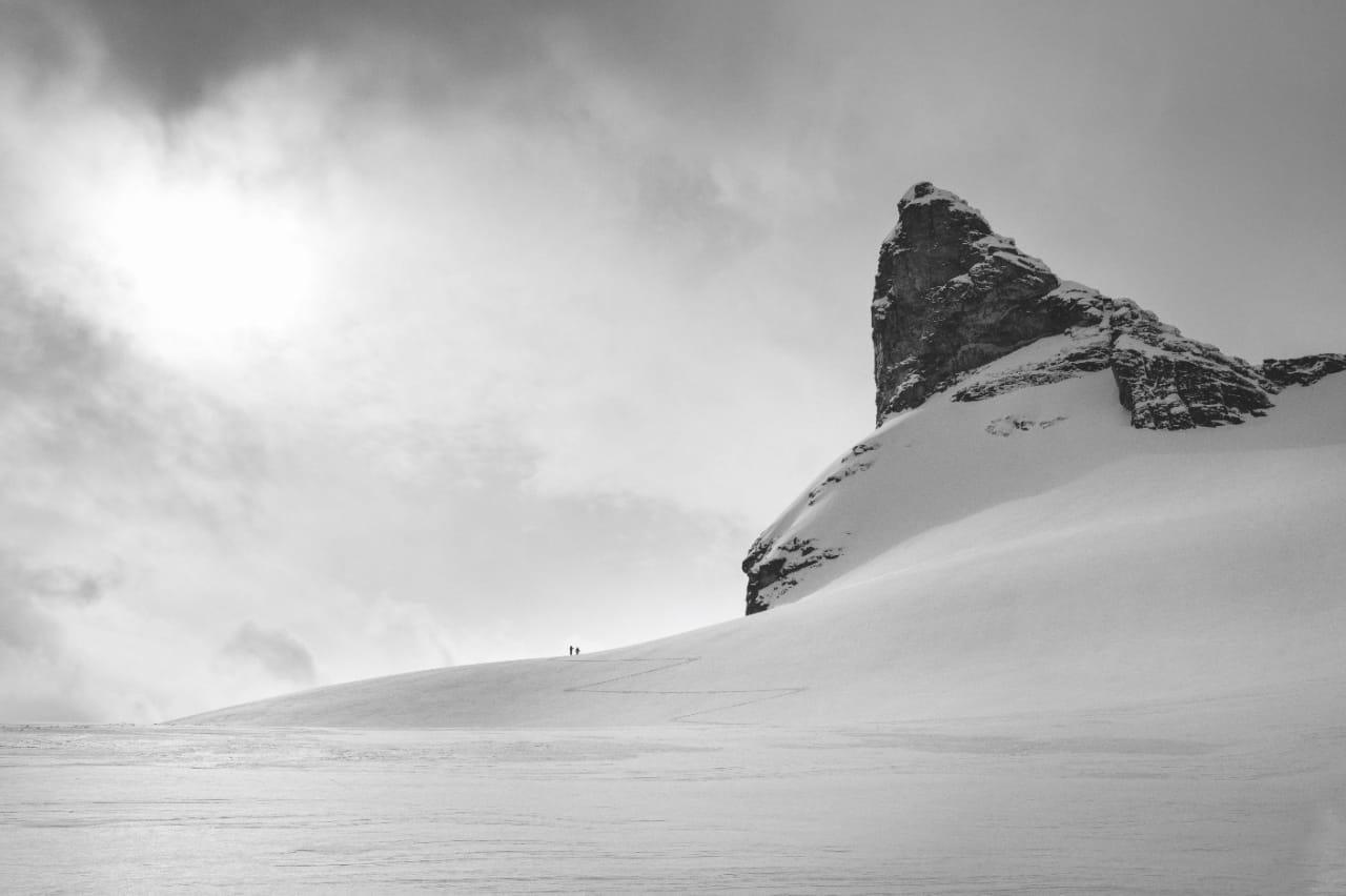 SPORLYS: Noen ganger er snøen hvit. Andre ganger grå, gul, eller blå. Maren Selvaag og Line Barane på opptur. Alle foto: Anki Grøthe