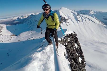 TIL TOPPS: Følg Kilian Jornets spektakulære vei til toppen av Kirketaket. Foto: Skjermdump