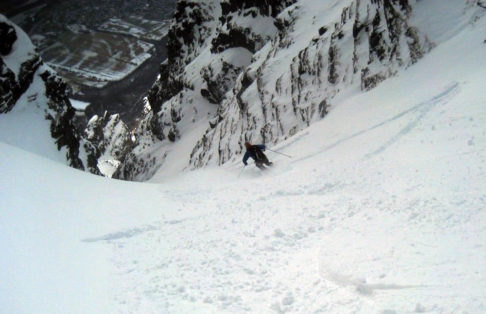 GOD SNØ: Even Valseth koser seg med pudder i toppen av renna. Foto: Henrik Langeland