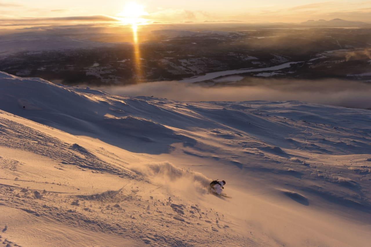 SVENSK TERRENG: Steinete underlag gjør terrenget ekstra lekent når snølaget fortsatt er litt tynt. I november 2012 var det likevel tykt nok til å være både lekent og snilt mot skisålene. Bilde: Mattias Fredriksson