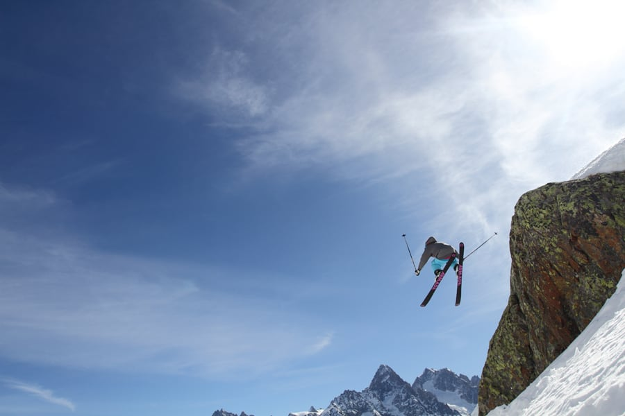 RÅSKALLE: På grunn av moderate engelskferdigheter og en umettelig drive til å hoppe MYE lenger en hva fotografen tror, flyr Tof Henry rett inn i nederste hjørne av dette bildet fra Le Flegere i Chamonix. Foto: Tore Meirik