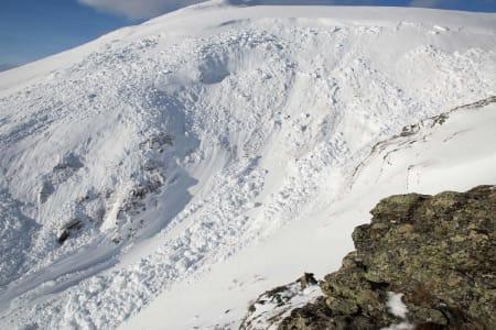 Øverst i skredet. Lenger oppe er det igjen mye snø som ikke har sklidd ut.