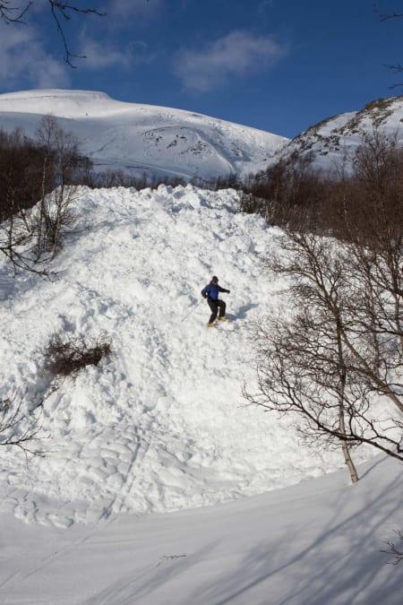 Snøhaugen der skredet stoppet er enorm.