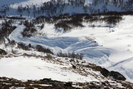 Legg merke til skiløperen til venstre for midten av bildet. Merk også hvordan den tunge snøen har laget tydelige spor -som var knallharde dagen etter skredet.