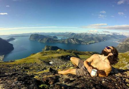 SKIERS IN MOUNTAINS DRINKING COFFEE: Vebjørn Enersen i Romsdalen. Foto: Privat