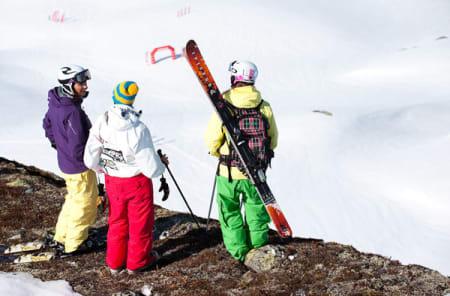 Pia Widmesser, Martine Gleditsch og Jana Lindqvist ialpinklassen diskuterer linjevalg på start.