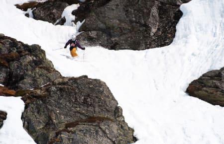Telemarker Kristian Møkleby tar seg ned mellom berg,lyng og fossefall.