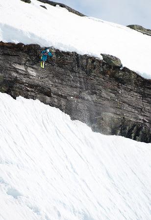 Kjetil Isaksen slipper seg utenfor klippeveggen oglander fjellstøtt.