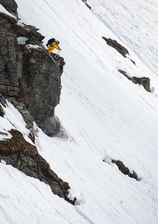Østerrikeren Stefan Hausel får god luft under skiene.