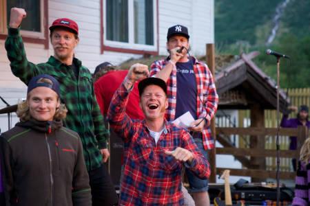 Åsmund Thorsen og Espen Sollien ønsker Asbjørn Eggebø Næss velkommen til topps på premiepallen. Foto: Bård Basberg