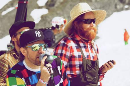 Andre Ræstad (til venstre) serverer deilige slibrigheter og HP Hval passer på at Vær Varsom-plakaten følges. Foto: Bård Basberg