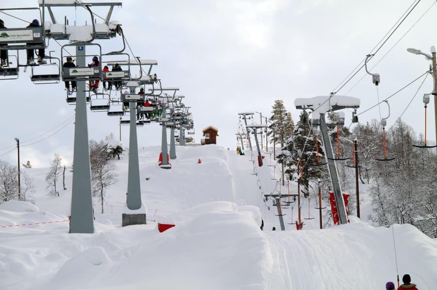 SYNLIG: Skiheiser er herlige, men de ruver i terrenget. Bør det være fritt fram for skiheisbygging i Norge? Foto: Brokke alpinsenter