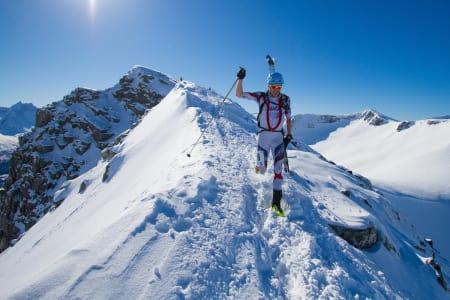 I FARTA: Lars Erik Skjervheim i fullt firsprang over Galtåtind i Romsdal. Han gjorde unna de 2500 høydemeterne i Romsdal Rando på to timer og 22 minutter. Foto: Daniel Kvalvik