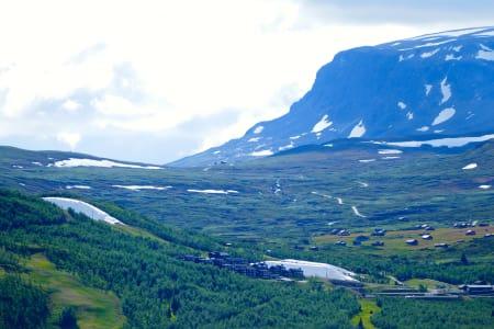 DUKET FOR ÅPNING: Under de hvite dukene på bildet ligger snøen i Havsdalen på Geilo og venter på at det skal bli september. Bilde: Birgit Haugen