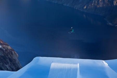 DE GODE DAGENE I GLOMFJORD: Øystein Bråten hopper inn mot den vakre fjorden i Glomfjord. Foto: Thomas Kleiven